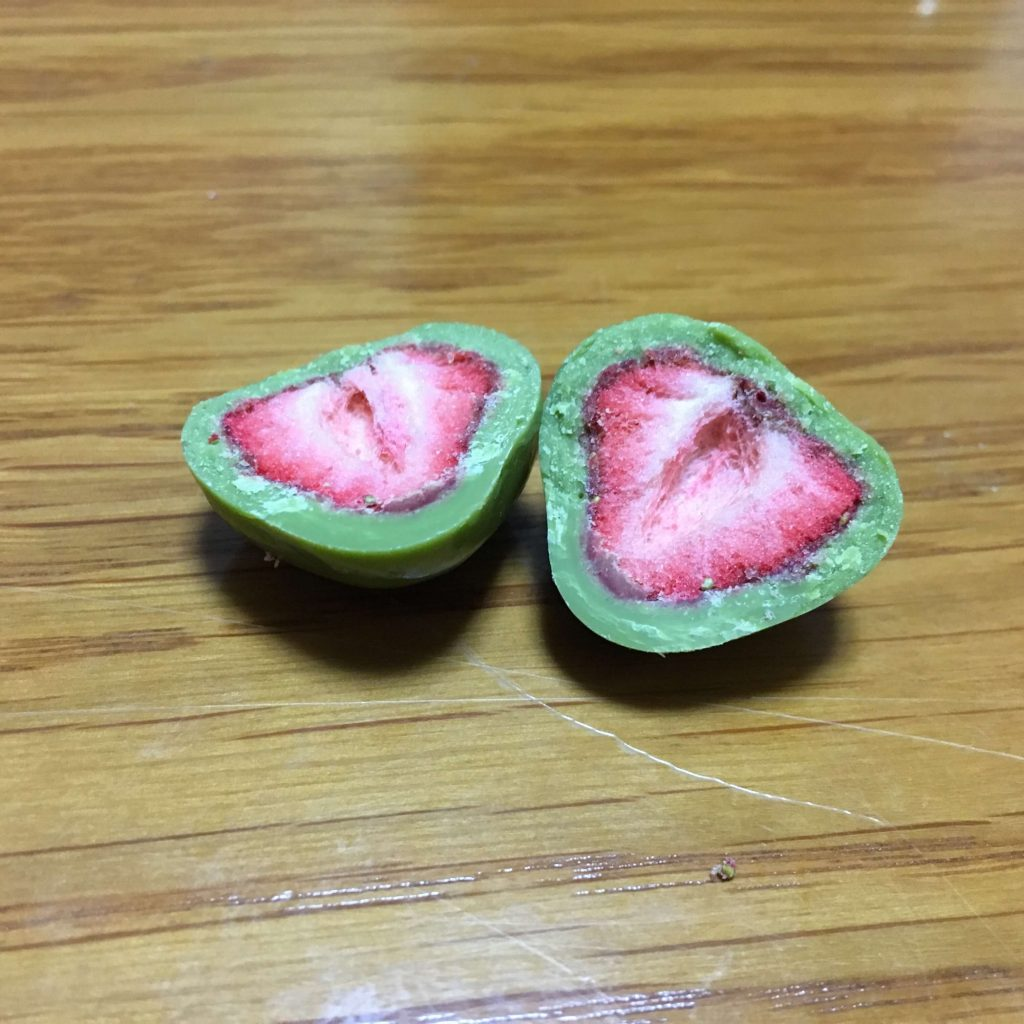 無印良品の「不揃い宇治抹茶がけイチゴ」の断面図